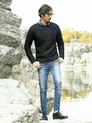 Модные мужские луки 2020 фото: Черный вязаный свитер и синие зауженные джинсы — хорошая идея для простого, но модного мужского ансамбля. Хотел бы добавить сюда толику утонченности? Тогда в качестве обуви к этому ансамблю, выбирай черные кожаные туфли дерби.
