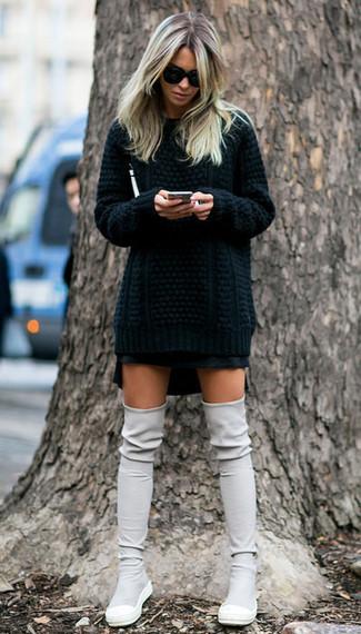 Как и с чем носить: черный вязаный свитер, черная мини-юбка, серые замшевые ботфорты