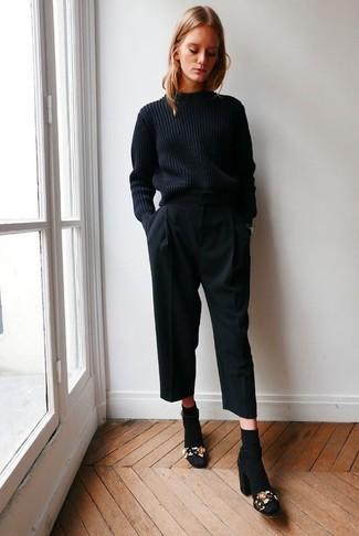 Как и с чем носить: черный вязаный свитер, черные брюки-кюлоты, черные замшевые босоножки на каблуке с украшением, черные носки