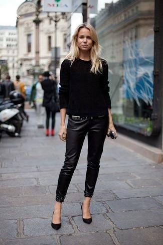 Как и с чем носить: черный вязаный свитер, черные кожаные узкие брюки, черные замшевые туфли