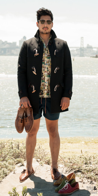 Оранжевая рубашка с коротким рукавом с принтом: с чем носить и как сочетать мужчине: Оранжевая рубашка с коротким рукавом с принтом и темно-бирюзовые шорты прочно закрепились в гардеробе многих парней, позволяя создавать запоминающиеся и удобные луки. Разбавить ансамбль и добавить в него чуточку классики помогут коричневые кожаные плетеные оксфорды.