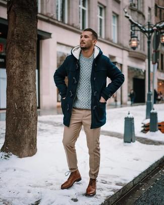 Как и с чем носить: черный дафлкот, серый вязаный свитер, светло-коричневые брюки чинос, коричневые кожаные повседневные ботинки