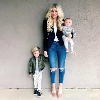 Как и с чем носить: черный двубортный пиджак, белая майка, синие рваные джинсы скинни, бежевые замшевые туфли