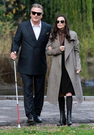 Как и с чем носить: черный двубортный пиджак, белая рубашка с длинным рукавом, черные классические брюки, черные кожаные лоферы