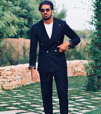 Как и с чем носить: черный двубортный пиджак, белая футболка с круглым вырезом, черные классические брюки, темно-коричневые солнцезащитные очки
