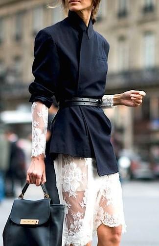 Поклонницам стиля casual придется по вкусу сочетание черного двубортного пиджака и белого кружевного платья-миди.