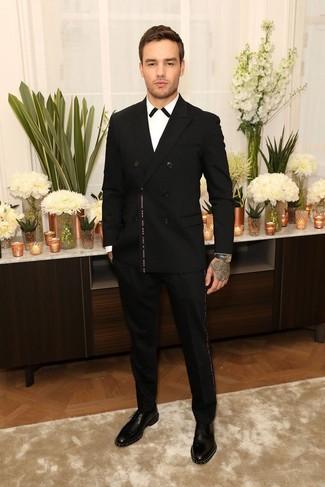 Как и с чем носить: черный двубортный пиджак, бело-черная классическая рубашка, черные классические брюки, черные кожаные туфли дерби с шипами