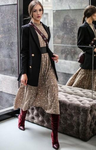 Как и с чем носить: черный двубортный пиджак, оливковое платье-миди с цветочным принтом, темно-красные бархатные сапоги, темно-красная кожаная сумка через плечо
