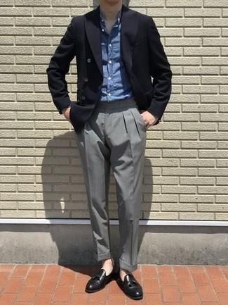 Черный двубортный пиджак: с чем носить и как сочетать мужчине: Несмотря на то, что это весьма консервативный образ, сочетание черного двубортного пиджака и серых классических брюк является неизменным выбором стильных молодых людей, непременно пленяя при этом дамские сердца. Если ты не боишься экспериментировать, на ноги можно надеть черные кожаные лоферы с кисточками.