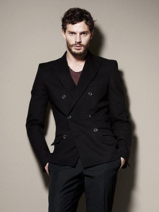 Несмотря на то, что это классический образ, тандем черного двубортного пиджака и темно-синих классических брюк всегда будет выбором стильных мужчин, неизбежно покоряя при этом дамские сердца.