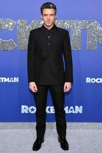 Как и с чем носить: черный двубортный пиджак, черная классическая рубашка, черные классические брюки, черные кожаные ботинки челси