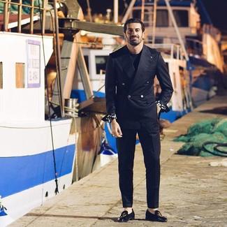 Как и с чем носить: черный двубортный пиджак, черная футболка с круглым вырезом, черные классические брюки, черные замшевые лоферы с вышивкой