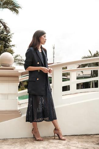 Как и с чем носить: черный двубортный пиджак, черное кружевное платье-миди, бежевые кожаные босоножки на каблуке