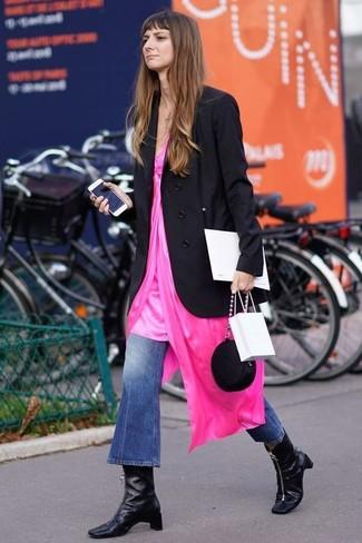Как и с чем носить: черный двубортный пиджак, ярко-розовое платье-комбинация, синие джинсы-клеш, черные кожаные ботильоны