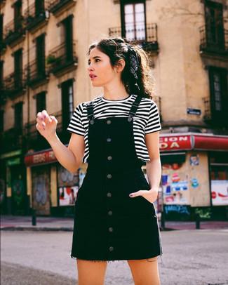 Бело-черная футболка с круглым вырезом в горизонтальную полоску: с чем носить и как сочетать женщине: Бело-черную футболку с круглым вырезом в горизонтальную полоску и черный джинсовый сарафан можно надеть на прогулку или на посиделки с подругами в уютном заведении.
