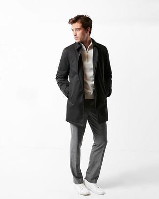 Как и с чем носить: черный дождевик, бежевый свитер с воротником на молнии, серые классические брюки, белые кожаные низкие кеды