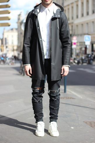Как и с чем носить: черный дождевик, белая классическая рубашка, черные рваные зауженные джинсы, белые кожаные низкие кеды