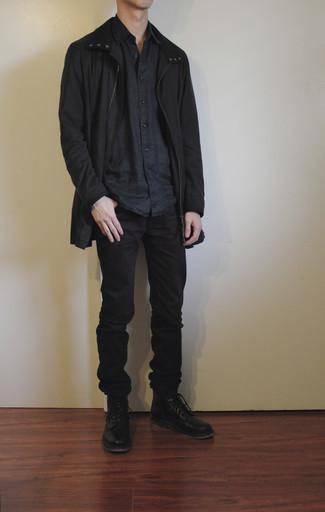Мужские луки: Стильное сочетание черного дождевика и черных джинсов вне всякого сомнения будет обращать на себя взоры красивых барышень. Такой ансамбль обретает новое прочтение в сочетании с черными кожаными повседневными ботинками.