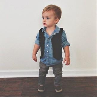 Как и с чем носить: черный жилет, синяя джинсовая рубашка с длинным рукавом, серые джинсы, темно-коричневые лоферы