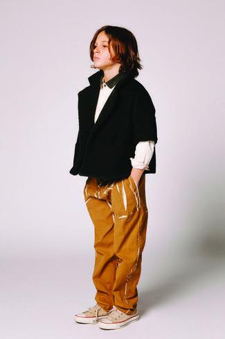 Как и с чем носить: черный кардиган, белая рубашка с длинным рукавом, табачные джинсы, бежевые кеды