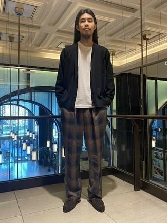С чем носить черный кардиган мужчине: Черный кардиган будет выглядеть великолепно с коричневыми брюками чинос в шотландскую клетку. Если ты не боишься смешивать в своих образах разные стили, на ноги можно надеть темно-коричневые замшевые лоферы.