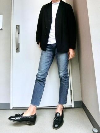 С чем носить черный кардиган мужчине: Привлекательное сочетание черного кардигана и синих джинсов безусловно будет обращать на себя взоры красивых девушек. Думаешь привнести сюда толику классики? Тогда в качестве дополнения к этому луку, обрати внимание на черные кожаные лоферы с кисточками.