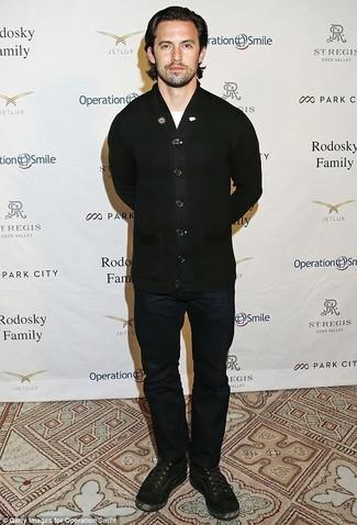 Как и с чем носить: черный кардиган, белая футболка с круглым вырезом, темно-синие джинсы, черные замшевые повседневные ботинки