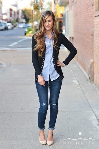 Как и с чем носить: черный кардиган, голубая классическая рубашка, темно-синие джинсы скинни, бежевые кожаные туфли