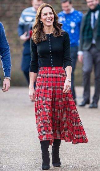 Как и с чем носить: черный кардиган, красная юбка-миди в шотландскую клетку, черные замшевые сапоги, серебряные часы