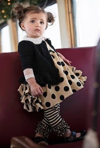 Как и с чем носить: черный кардиган, светло-коричневое платье, черные балетки