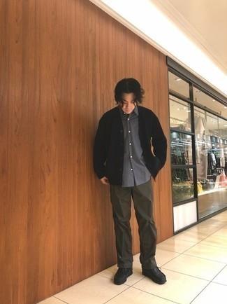 С чем носить черный кардиган мужчине: Черный кардиган и темно-коричневые брюки чинос — неотъемлемые вещи в арсенале стильного мужчины. Пара черных кожаных ботинок дезертов легко интегрируется в этот образ.