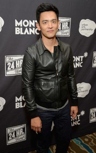 Как и с чем носить: черный кожаный бомбер, серая футболка с круглым вырезом, темно-синие джинсы