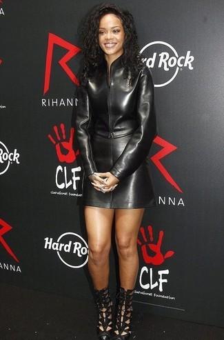 Как и с чем носить: черный кожаный бомбер, черная кожаная мини-юбка, черные кожаные ботильоны с вырезом