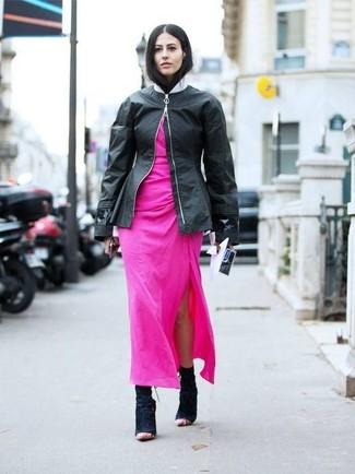 Как и с чем носить: черный кожаный бомбер, ярко-розовое платье-макси, черные замшевые ботильоны
