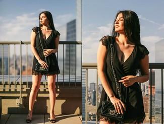 Как и с чем носить: черный комбинезон с шортами, черные кожаные босоножки на танкетке, черная кожаная стеганая сумка через плечо, золотые серьги