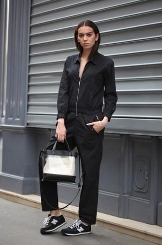 Как и с чем носить: черный комбинезон, черно-белые замшевые низкие кеды, прозрачная резиновая большая сумка