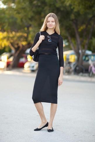 Как и с чем носить: черный короткий свитер, черная юбка-миди, черные замшевые балетки, черная замшевая сумка-саквояж