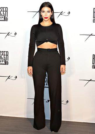 Как Kim Kardashian носит Черный короткий свитер, Черные широкие брюки