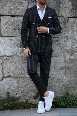С чем носить белые кожаные низкие кеды мужчине: Несмотря на то, что это довольно-таки консервативный ансамбль, ансамбль из черного костюма в вертикальную полоску и белой классической рубашки неизменно нравится стильным молодым людям, пленяя при этом сердца противоположного пола. Чтобы привнести в лук чуточку авантюрности , на ноги можно надеть белые кожаные низкие кеды.