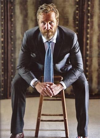 Голубой галстук с принтом: с чем носить и как сочетать мужчине: Несмотря на то, что это довольно-таки консервативный образ, дуэт черного костюма и голубого галстука с принтом всегда будет выбором стильных мужчин, непременно покоряя при этом сердца противоположного пола. Такой лук легко приспособить к повседневным нуждам, если надеть в паре с ним темно-коричневые кожаные оксфорды.