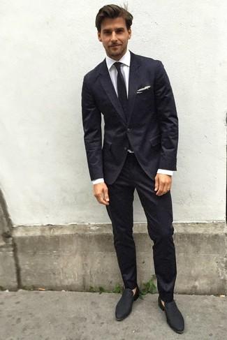 Как и с чем носить: черный костюм, белая классическая рубашка, черные замшевые лоферы, черный галстук