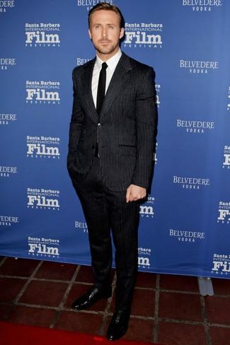 Как Ryan Gosling носит Черный костюм в вертикальную полоску, Белая классическая рубашка, Черные кожаные оксфорды, Черный галстук