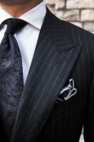 """Как и с чем носить: черный костюм в вертикальную полоску, белая классическая рубашка в вертикальную полоску, черный галстук с """"огурцами"""", черно-белый нагрудный платок в горошек"""