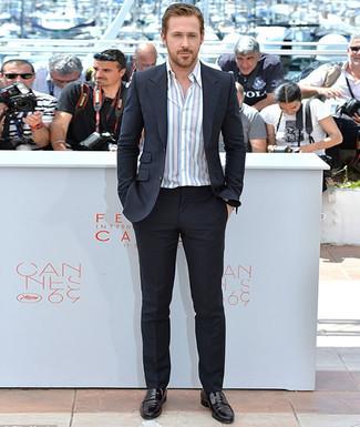 Как Ryan Gosling носит Черный костюм, Белая рубашка с длинным рукавом в вертикальную полоску, Черные кожаные лоферы