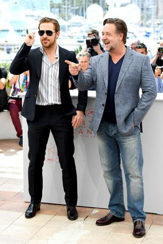 Как Ryan Gosling носит Черный костюм, Белая рубашка с длинным рукавом в вертикальную полоску, Черные кожаные лоферы, Черные солнцезащитные очки