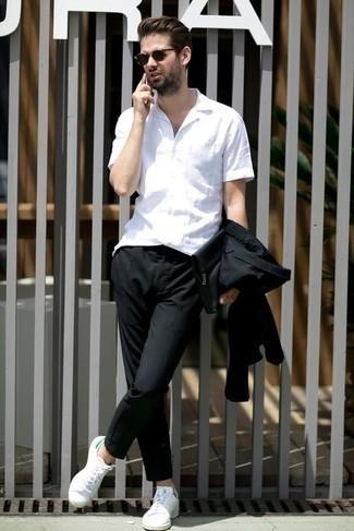 С чем носить темно-коричневые солнцезащитные очки мужчине: Дуэт черного костюма и темно-коричневых солнцезащитных очков поможет создать незаезженный мужской образ в повседневном стиле. Чудесно сюда подойдут бело-зеленые кожаные низкие кеды.