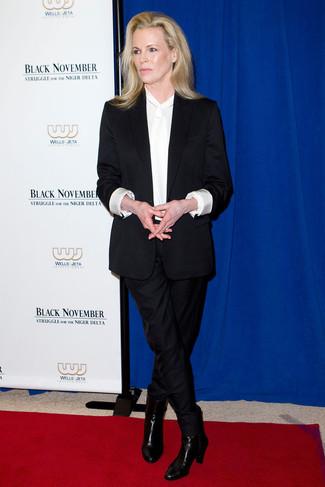 черный костюм белая шелковая блузка с длинным рукавом черные кожаные ботильоны large 23848
