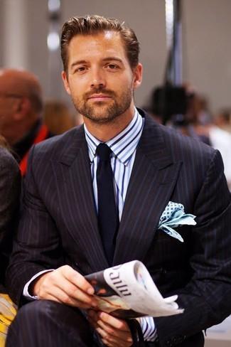 Как и с чем носить: черный костюм в вертикальную полоску, бело-синяя классическая рубашка в вертикальную полоску, темно-синий галстук, бело-синий нагрудный платок с принтом