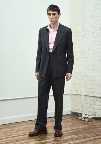 Как и с чем носить: черный костюм в вертикальную полоску, розовая рубашка с длинным рукавом, темно-красные кожаные туфли дерби