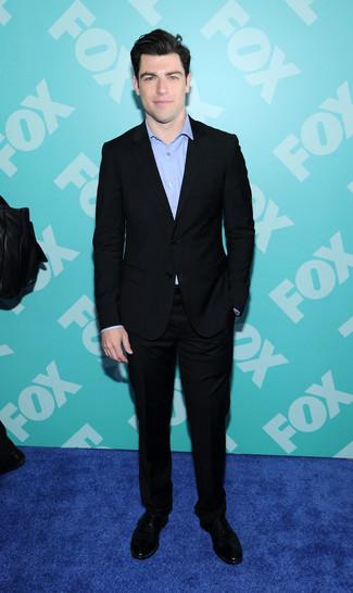 Как и с чем носить: черный костюм, голубая рубашка с длинным рукавом, черные замшевые туфли дерби